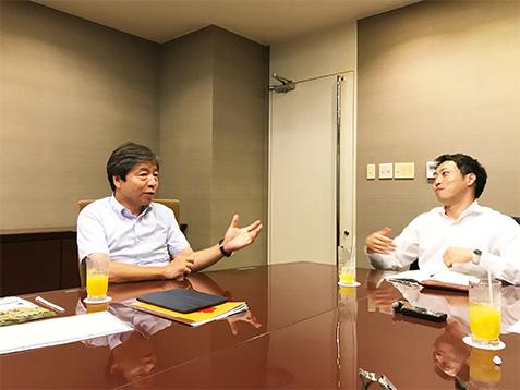 インタビューを受ける田中さん(左)と溝口さん(右)